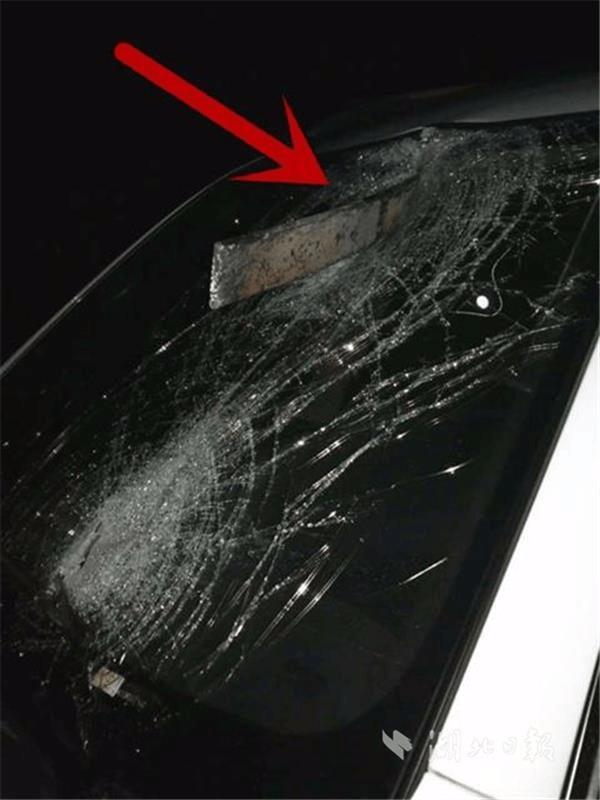 """险!夜间高速上轿车前挡突遭""""飞刀""""司机险被爆头"""