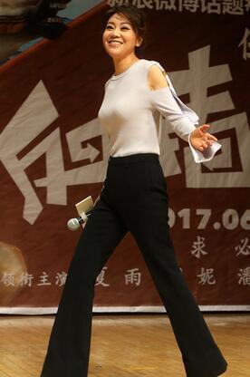 腿好长!46岁闫妮回家乡西安做宣传 瘦成这样了