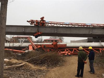 郑州工地40米水泥方梁坠落 紧邻民房受震动现裂缝