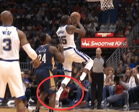 【影片】杜蘭特又掉鞋了  然後光著腳連送倆火鍋!