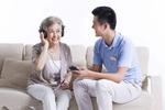 老年人饭后听听音乐有益身心健康