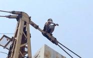 男子因琐事爬上塔吊欲轻生 女儿跪地哭求