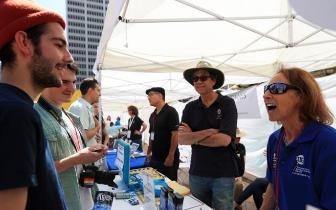 """洛杉矶民众参加""""为科学游行""""活动"""