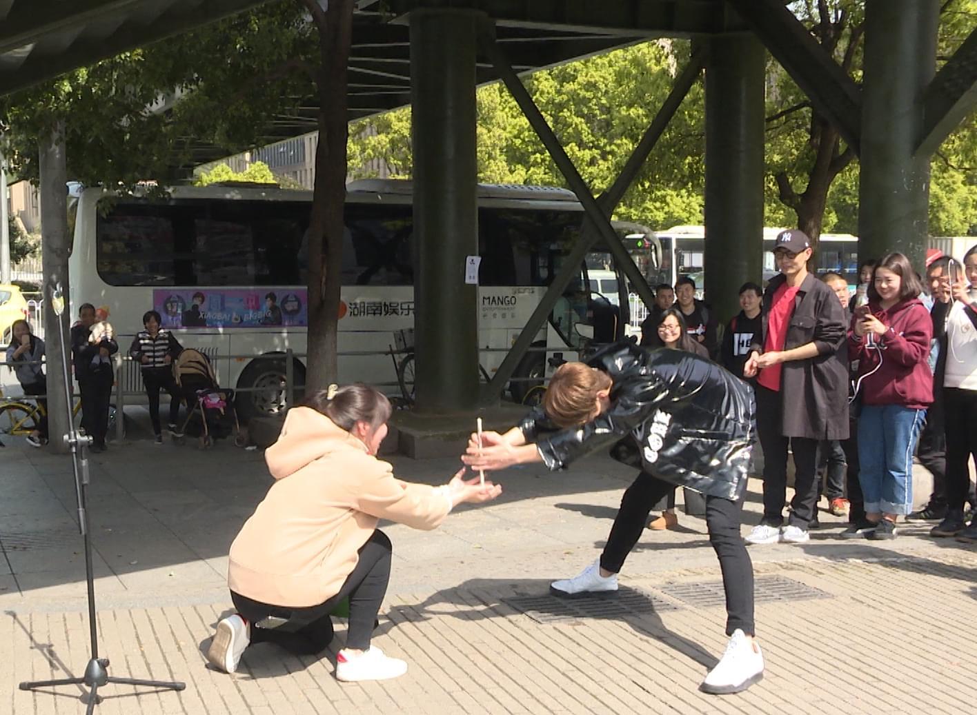 """《周一见3》白敬亭长沙大学城突遭粉丝""""求婚"""""""