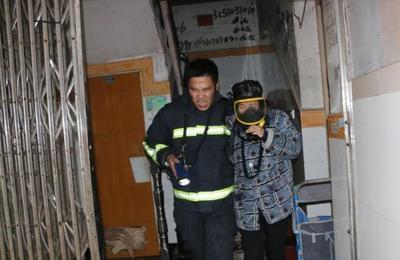 浓烟大火 消防员把呼吸器让给居民