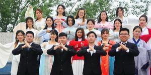 山东大学生拍创意毕业照 汉服、西装玩混搭