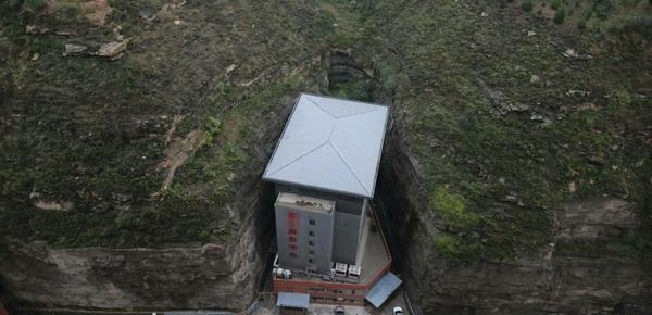 """陕西现""""肉夹馍""""式大楼 建在两山夹缝之间"""