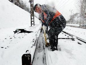 """铁路人""""以雪为令""""保障铁路安全"""
