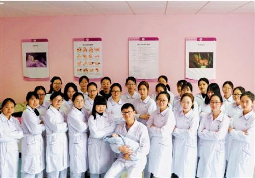 """在一群女同学中,娄聪裕就是她们的""""宝贝""""。图片来源:钱江晚报"""