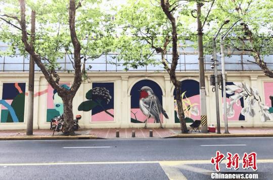 """""""街头艺术""""上施工墙 上海衡山路现巨幅露天壁画"""