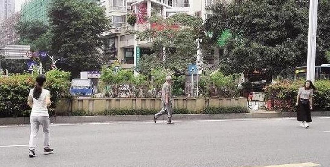 """深圳女子为抄近路 横穿6条车道成""""网红"""""""