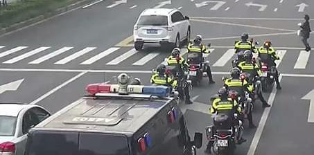 数十人特警队斑马线前礼让行人 网友:暖爆了