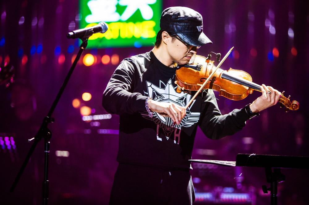 歌手汪峰破次元演绎《普通disco》 玩鬼畜古典乐