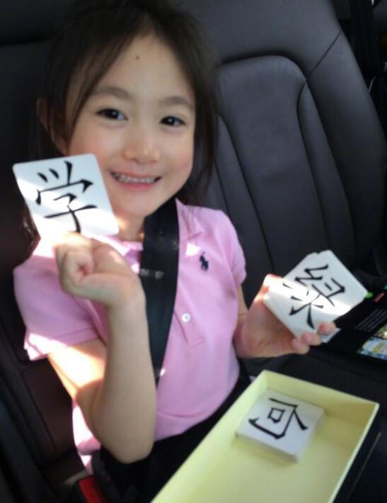 李小鹏女儿下课回家 在车上还要继续学习