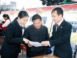 灵宝市人民检察院在市体育馆设点宣传扶贫政策