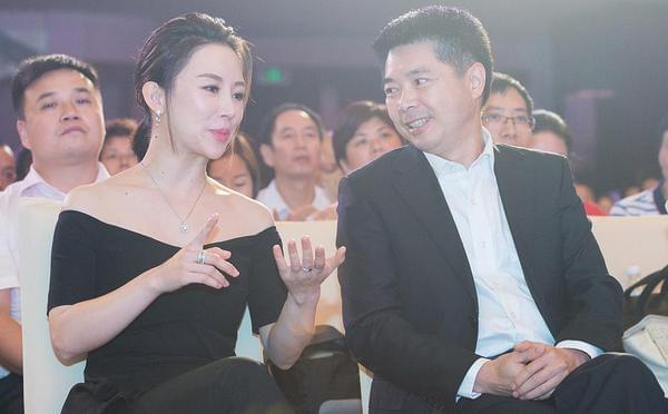 潘晓婷出席活动与高层热聊 一袭黑衣露香肩