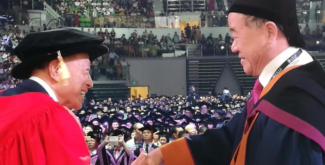 89岁李嘉诚开电瓶车逛汕大 携莫言出席毕业典礼