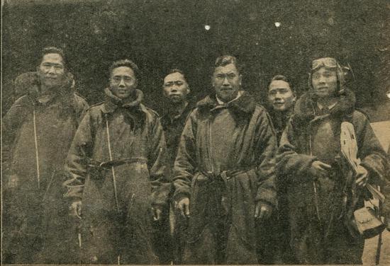 笔者所藏剪报中胜利返航的远征队员合影,右三为佟彦博