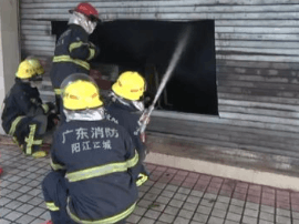 市区一商铺起火 两名老人和一名小孩被困