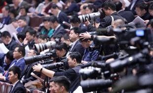 """两会中外记者比拼""""长枪短炮"""""""