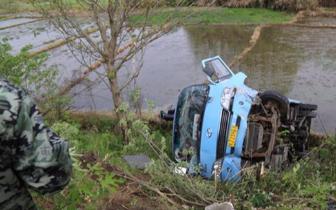 轿车逆行撞上中巴车 中巴车翻入农田致十余人受伤