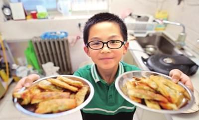西安7岁男娃炒菜烙饼都拿手 从小对做饭有兴趣