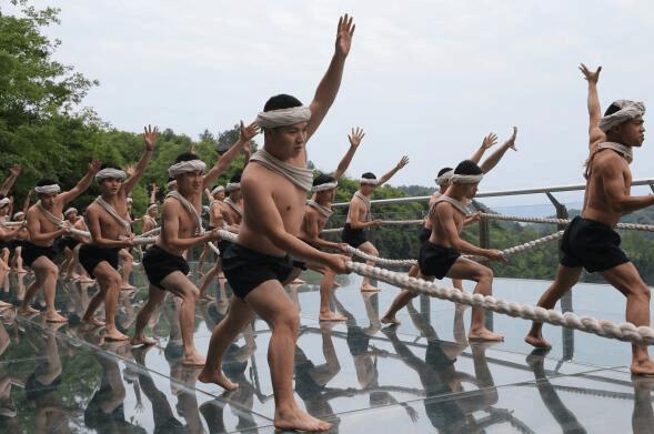 武隆入选魅力中国城 美女区长280米高空发起悬崖倡议