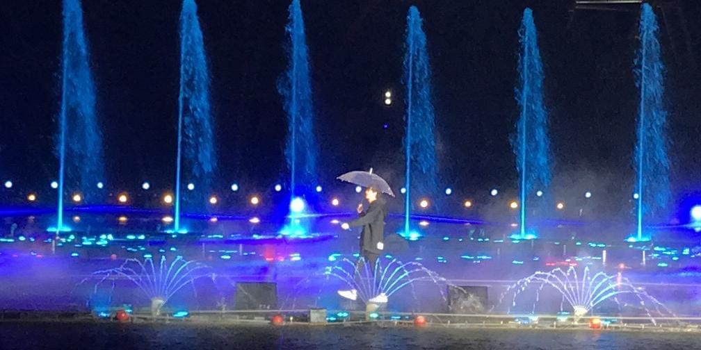 音乐才子许嵩雨中热情献唱 燃爆全场