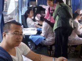 清明小长假 市民走上采血车 献血献爱心