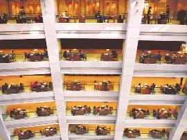 太原市图书馆周末读者络绎不绝 共享读书时光