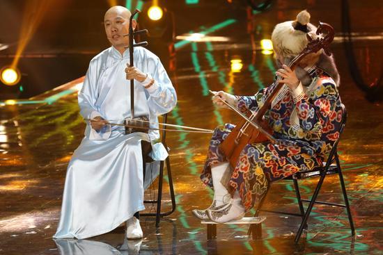 《出彩中国人》  《出彩中国人》 网易娱乐5月23日报道 传统二胡也能玩出国际范儿!央视综合频道《出彩中国人》第二期播出后,二胡大师果敢让电视机前观众眼界大开。舞台上的他与来自各国的艺术家来了个中西合璧,二胡与吉他完美配合,不同国籍的乐器,合奏出一曲世界风的《疯马》,曲调激扬,令全场气氛瞬间澎湃。这种跨国的文化融合,实力印证了民族的,就是世界的! 另类二胡曲 文化四重奏引全场疯魔 一身长袍、一个光头、一把二胡,音乐家果敢以标志性的中国风登场,然而请来的小伙伴却是个国际队。两位法国音乐家,抱着欧洲的弗拉