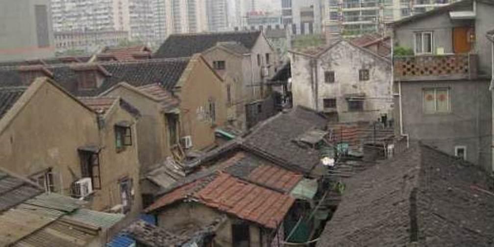 上海一家三口住9平米房间27年 儿子踩着冰箱上床