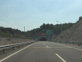 鸿福隧道(浑源方向)出口处施工 请司机提前减速