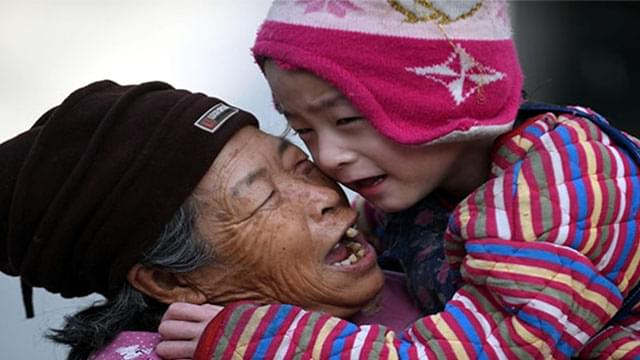 """河北安平:""""爱心妈妈""""34年先后收养弃婴64"""