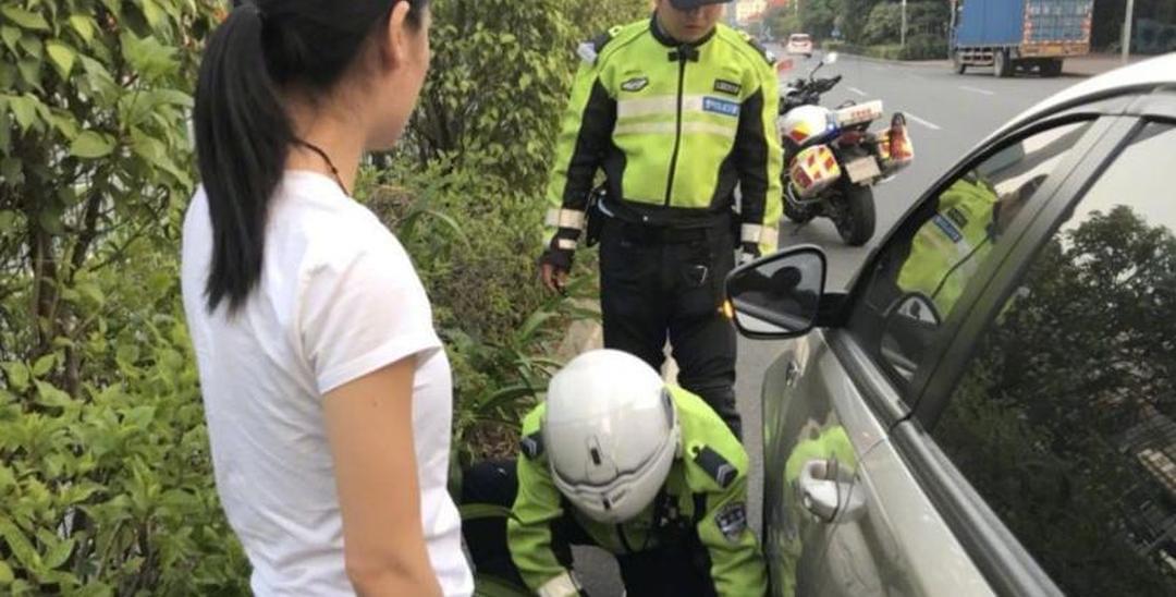 深圳女司机开车撞上石头 车被卡住动不得
