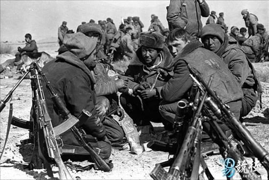 入侵阿富汗的苏军士兵,身边架着AK-74突击步枪