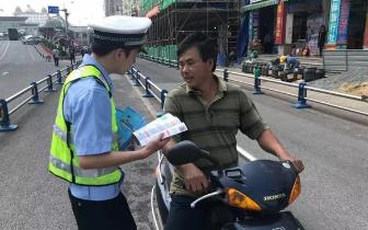 东兴交警借春风大力宣传交通安全法律知识