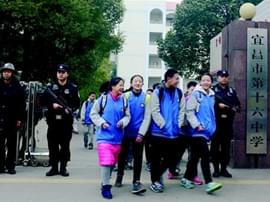 特警全副武装每天四班岗校园护学 家长师生称赞
