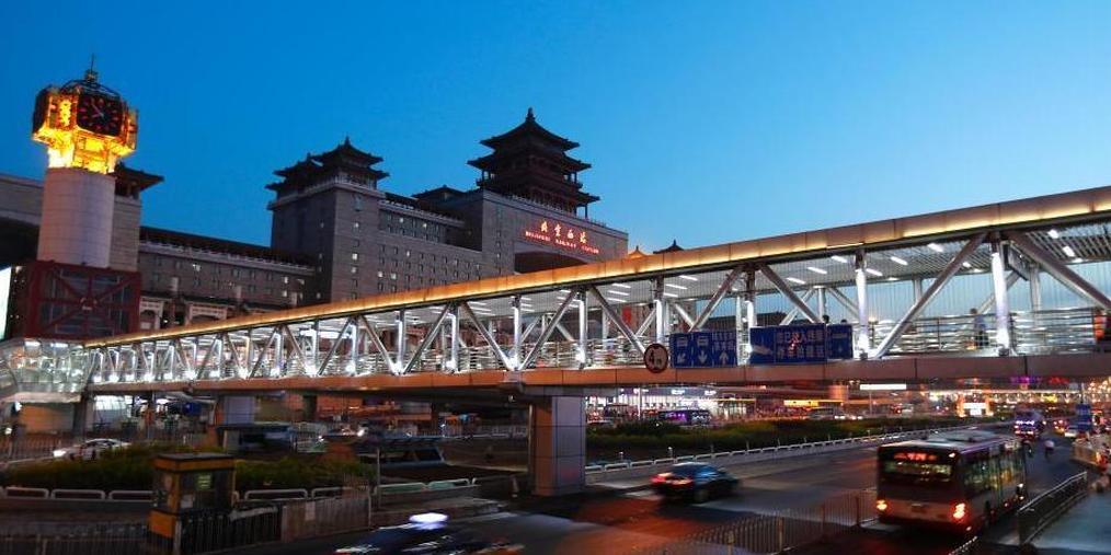 """北京站、北京西站过街天桥""""换新颜"""""""