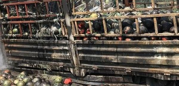 """货车起火 7吨西瓜全部烧焦成""""碳球"""""""