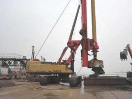 """一旋挖钻机""""坐""""上拖车 严重超限58.3吨"""