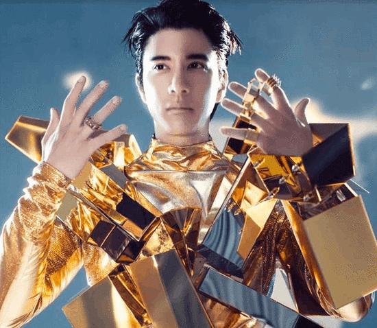 王力宏黄金战衣造型遭吐槽 网友:变形金刚?