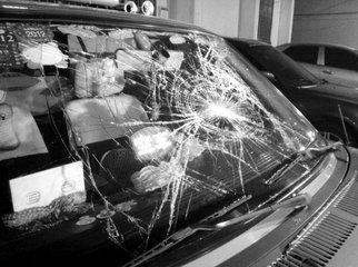 男子伤人不解恨 邀人砸车依被法刑事拘留