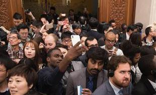 两会精选:外媒记者举手机自拍