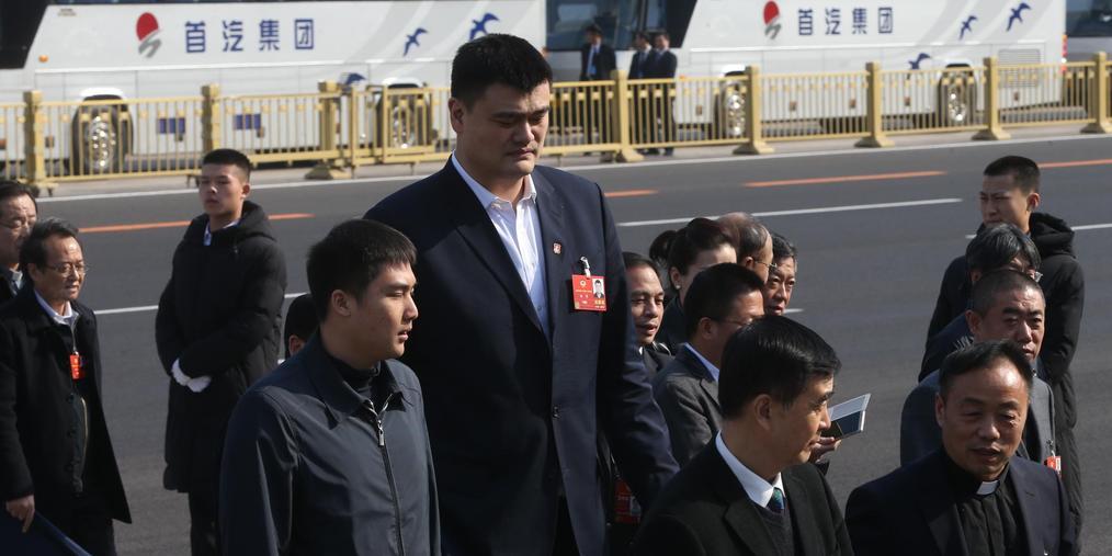 姚明参加全国政协预备会 因身高优势成焦点