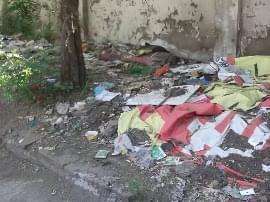 临汾北城汽车站 进站口边垃圾遍地