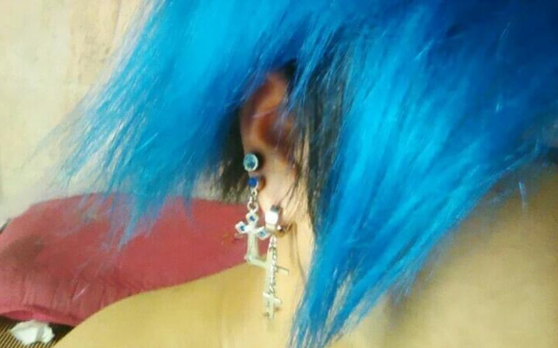 """""""酋长""""花俊晨展示自己的发型和耳钉"""