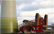 德国飓风强风掀翻起重机