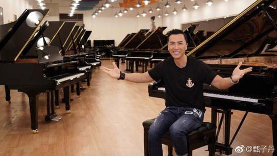 甄子丹晒琴房照片 网友:把钢琴当成刀剑来用