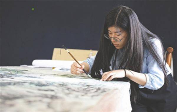 汤丽莎正在完成她和同学的设计